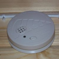 Na wyposażeniu domków-czujnik dymu