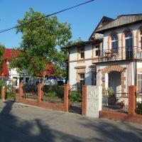 Główna ulica- Kapitańska-ze starą rybacką zabudową